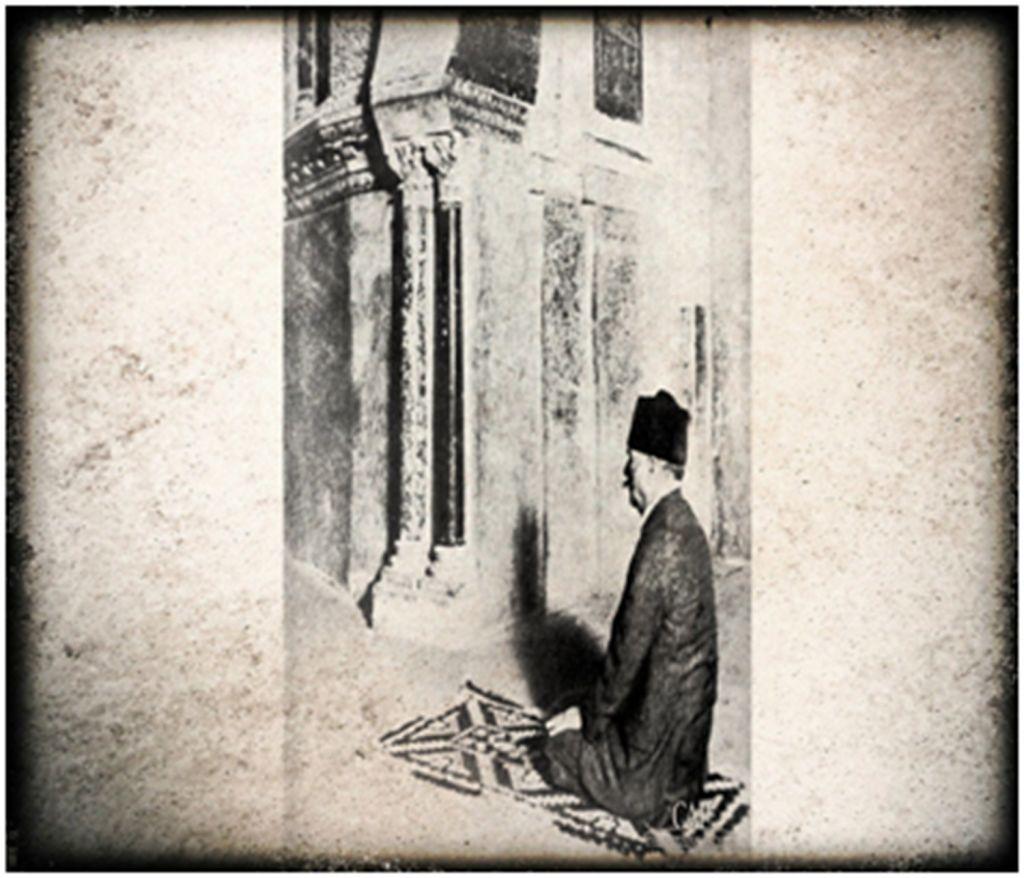 Allama Iqbal in Masjid e Qartaba